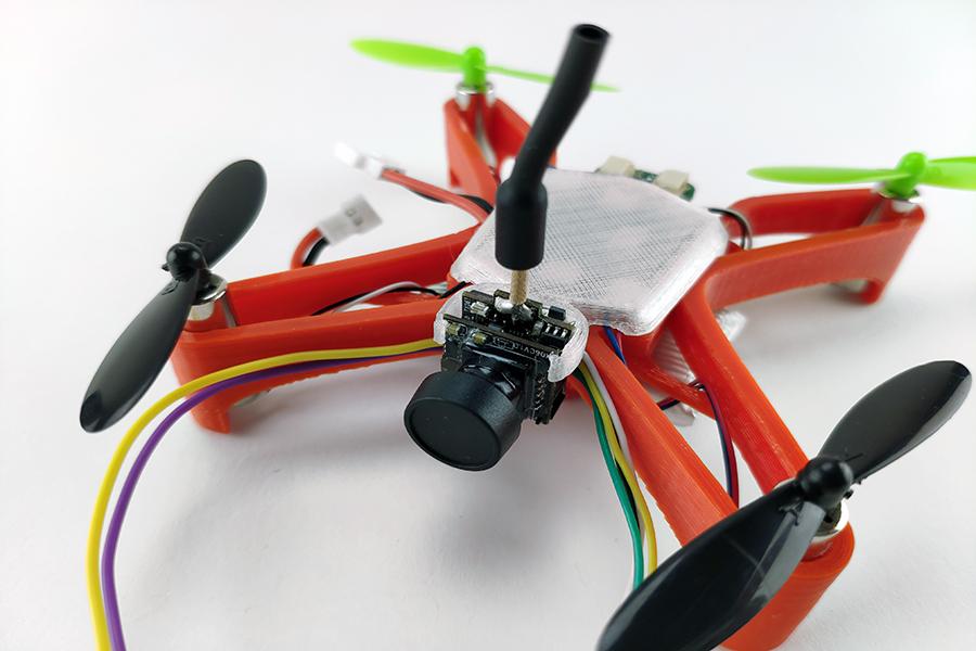 Камера отлично крепится на крышке дрона